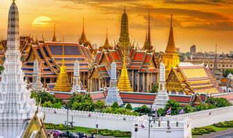 Temples dorés et lever de soleil en Thailande