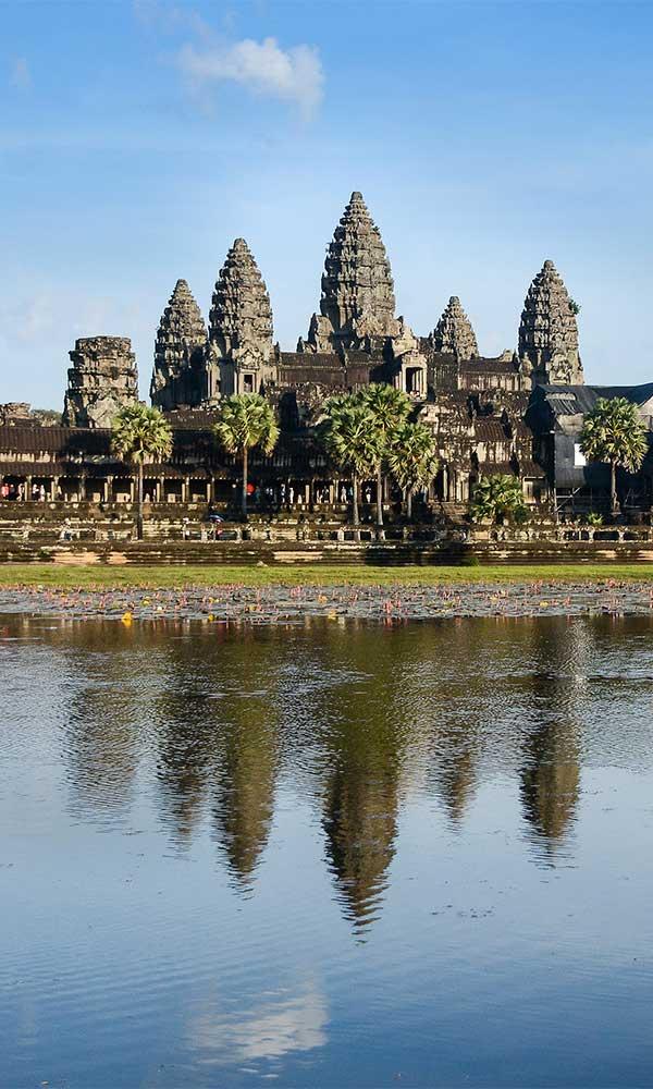 Temple d'Angkor avec reflet dans l'eau, Cambodge