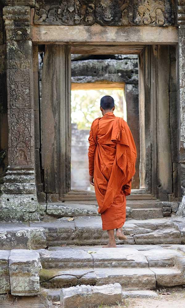 moines entrant dans un temple à Angkor, Cambodge