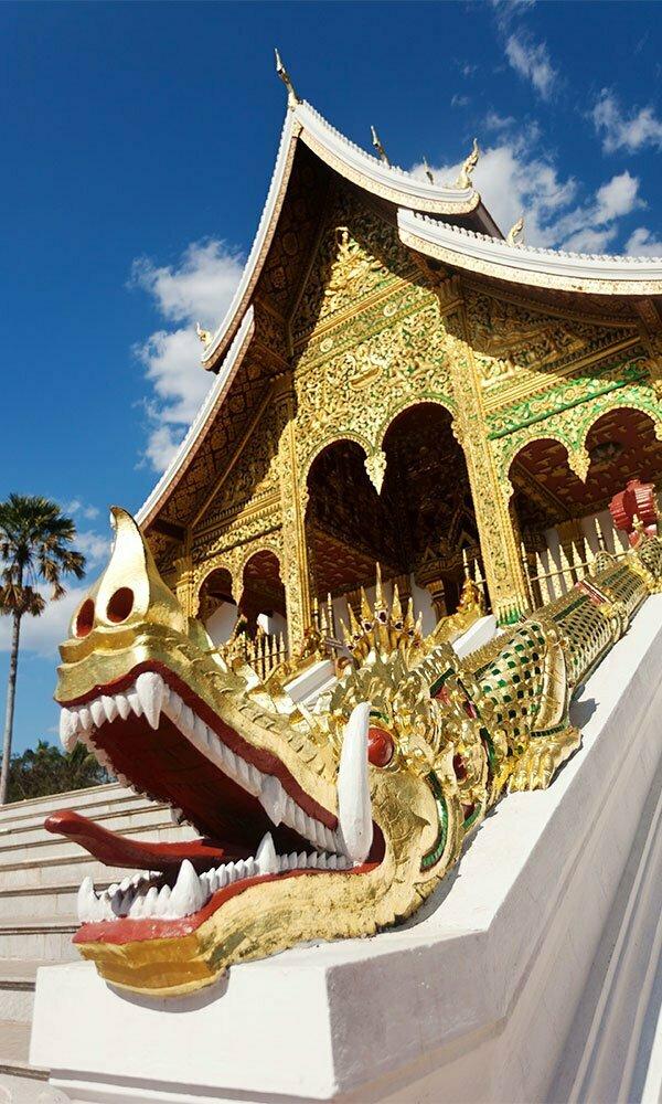 Temple doré et tête de dragon au Laos
