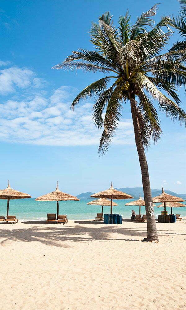 Plage, sable blanc et eau turquoise à Nha Trang