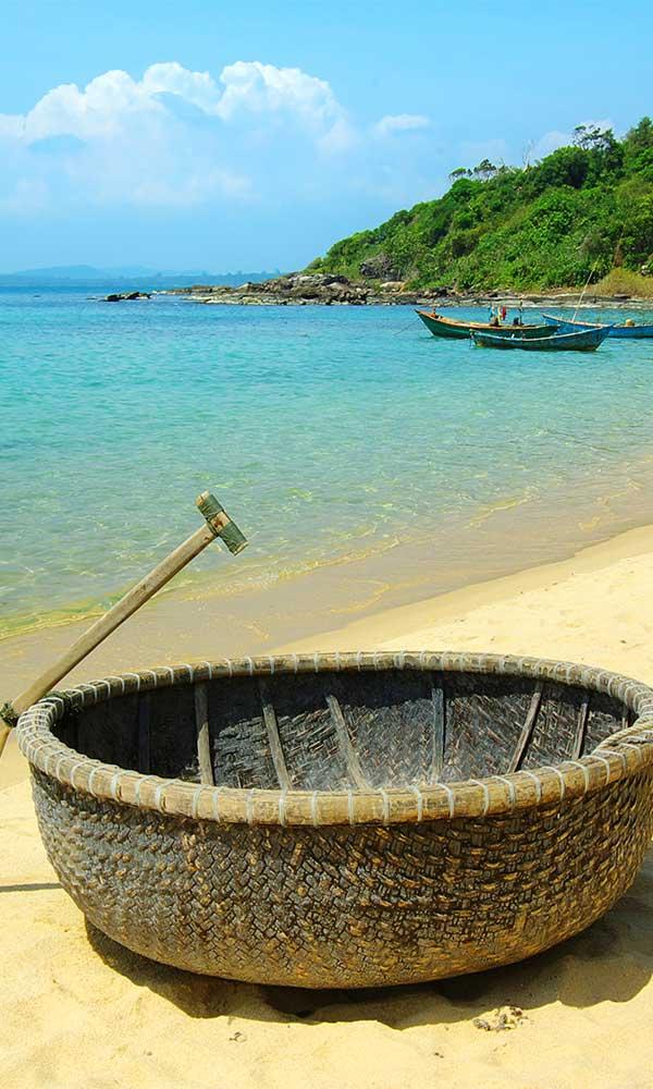 Barque en demi sphère sur une plage à Phu Quoc