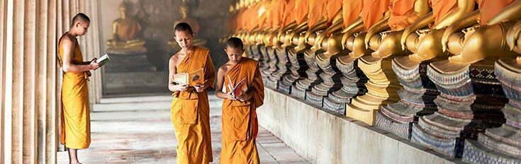 moines bouddhiste lisant des livres dans un temple Laos