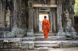 Moine marchant dans un temple en pierre Angkor