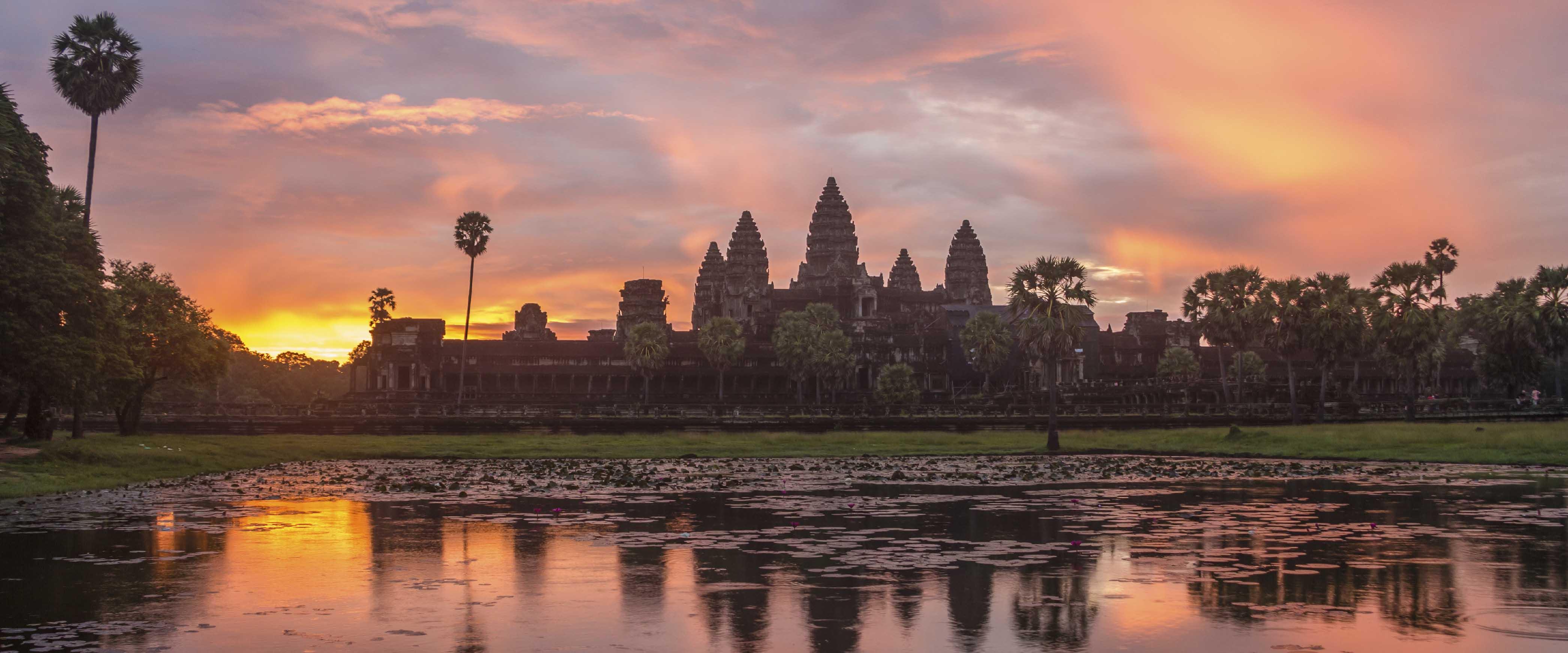 Temple en pierre éclairé par un coucher de soleil