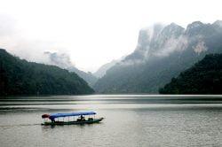 Petit bateau et brume sur les montagnes de Ba be