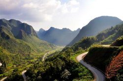 Route serpentant entre les montagnes à bac Ha