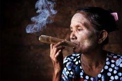 Vieille femme birmane fumant le Cheerot