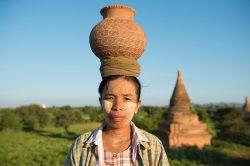 Femme birmane portant un vase sur la tête