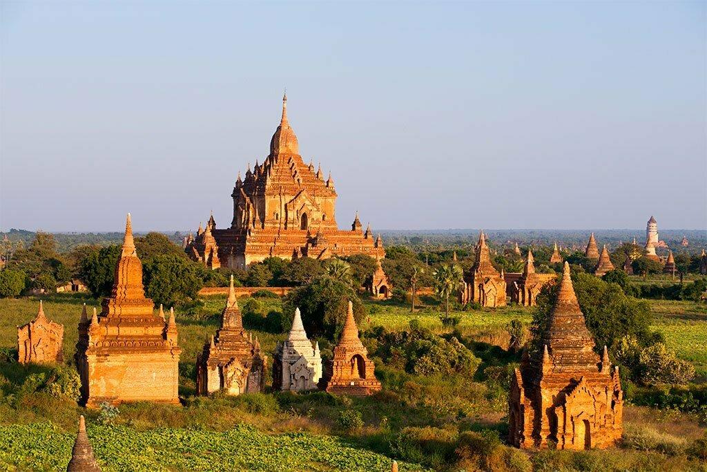 Temples en pierre éclairés par le coucher du soleil