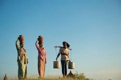 Porteurs d'eau et nourriture à Bagan