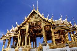Temple doré et ciel bleu
