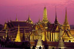 Temple éclairé et ciel violet à Bangkok