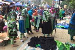 Marché d'habits traditionnels à Bao Lac