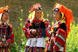 Femmes en habits traditionnels à Bac Ha riant