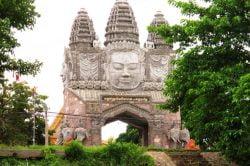 battambang porte sculptée Cambodge