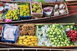 Fruits et légumes sur une barque prêts à être vendus