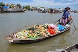 Vendeuse de fruits et légumes sur sa barque à Can Tho