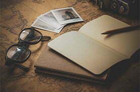 carnet de voyage et lunettes
