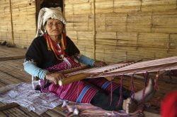 Femme agée travaillant le tissu