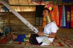 Femme girafe travaillant le tissu