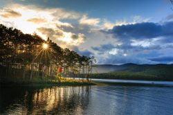 dalat couché de soleil sur le lac et les arbres