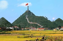 Escalier jusqu'à une tour en haut d'une colline à Ha Giang
