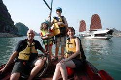 Famille sur un bateau dans la baie d'Halong