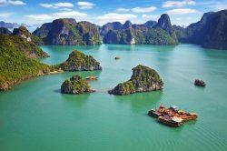 Baie d'Halong eau turquoise et jonques