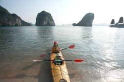Canöes deux places et touristes dans la baie d'Halong