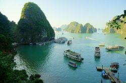 Départ des Jonques dans la Baie d'Halong