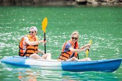 Baie d'Halong couple en kayak, Vietnam