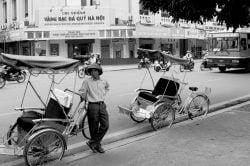 Photo noir et blanc - tuk-tuk attendant un client