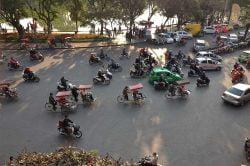 Scooters et voitures, circulation à Hanoi