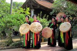 Femmes vietnamiennes en habits traditionnels tenant des chapeaux