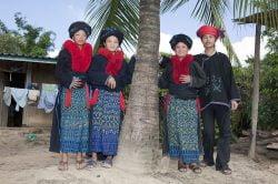 Hmongs en tenues traditionnelles au Laos