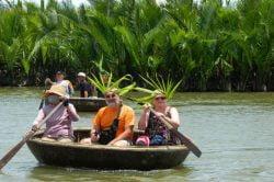 Touristes dans une barque en demie sphère à Hoi An