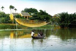 Couple de touriste sur une barque à Hoi An