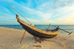 Bateau amarré sur une plage de sable blanc à Hue