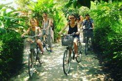 Groupe de touristes en vélo à Hue