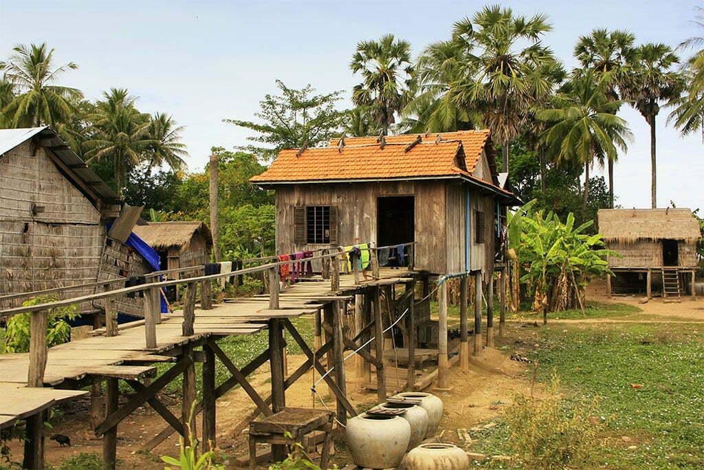Maison surélevée grâce à des poteaux en bois