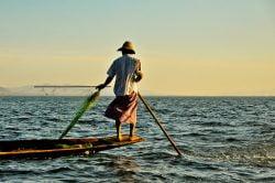 Pêcheur debout au bout de sa barque