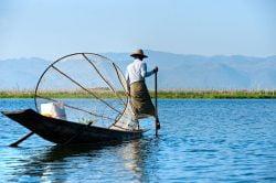 lac inle pêcheur seul sur le lac