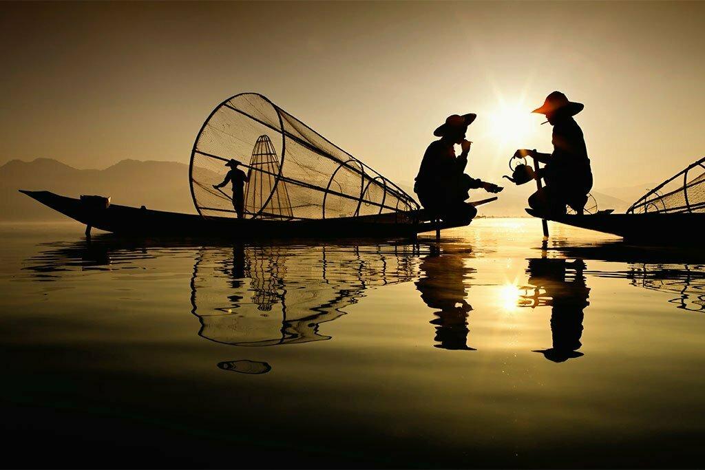 lac inle couché de soleil avec pêcheurs prenant le thé