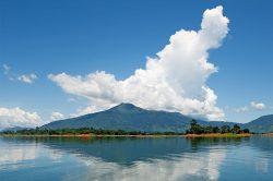 lac nam ngum avec vue sur la montagne