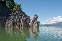 lac nam ngum avec falaises