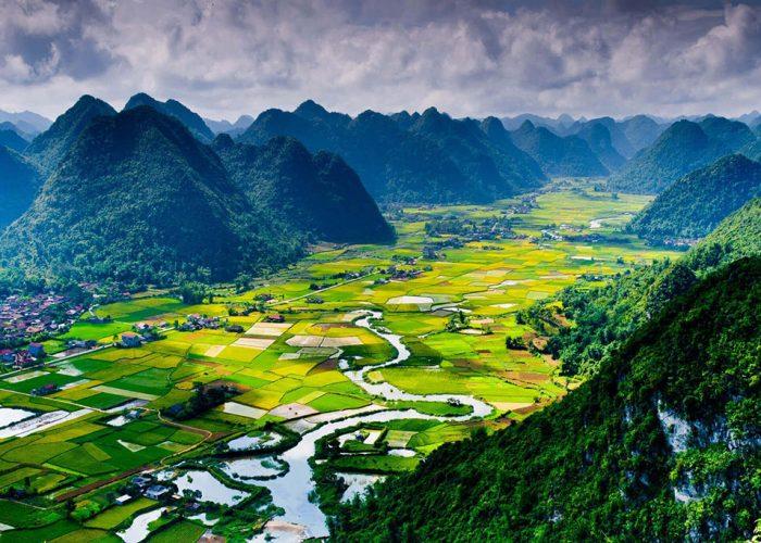 langson rizières et champs entourés de montagnes