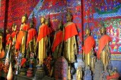 luang prabang buddha et mur coloré