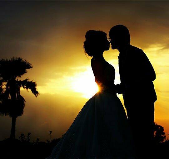 Couple s'embrassant pendant le coucher de soleil