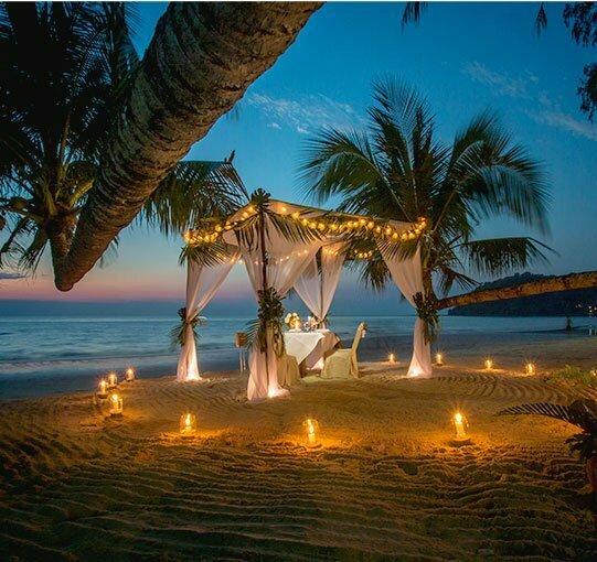 Coin romantique avec bougie et repas sur la plage